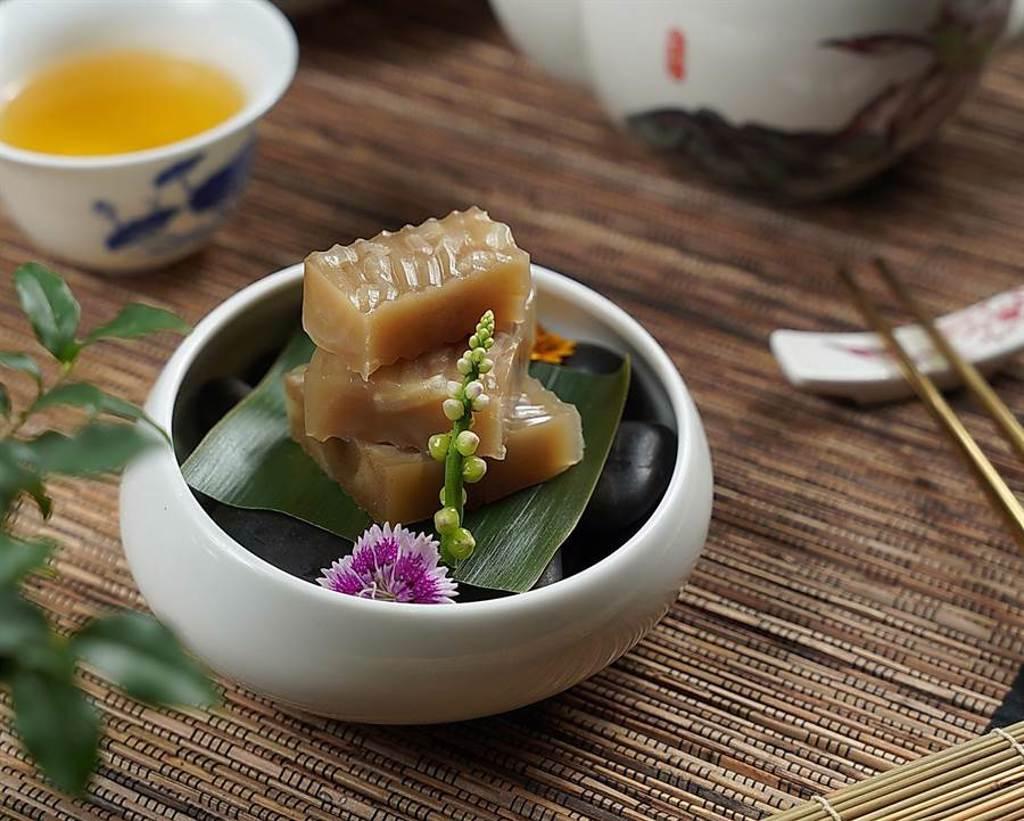 林大哥料理的〈豬皮凍〉口感彈Q,是物資貧乏時利用手邊多餘食材作出的涼菜。(圖/君品酒店)