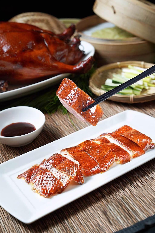 以母鵝掛爐燒烤的〈片皮陽江黃鬃鵝〉,鵝皮特薄、肉質鮮嫩,最適合燒烤後片下品嘗。(圖/君品酒店)