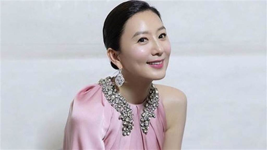 54歲金喜愛「V領開到底」辣曬胸骨少女天鵝頸(圖/IG@heeae_official)