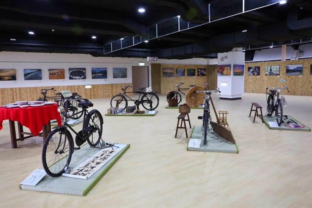 西拉雅風管處官田遊客中心8月3日開幕啟用,遊客中心室內展覽空間推出百年卡打車收藏展。(西拉雅風管處提供/劉秀芬台南傳真)