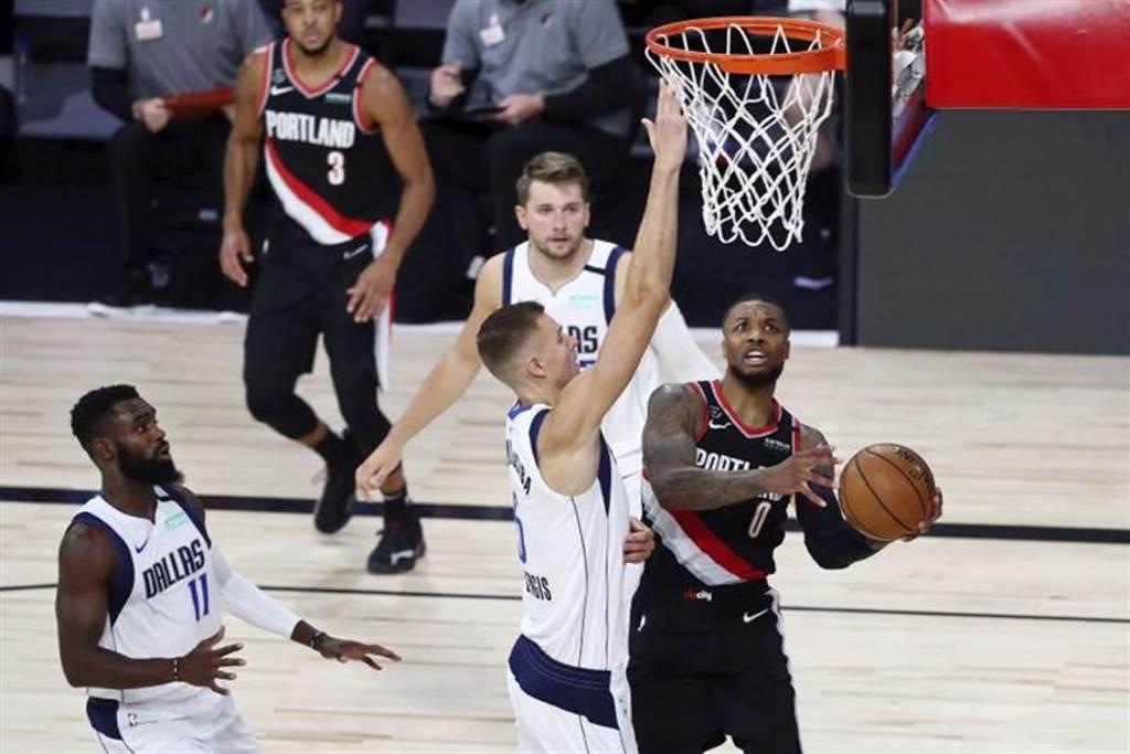 利拉德本季3次單場得分超過60分,成為張伯倫之後,NBA史上第二人。(美聯社)