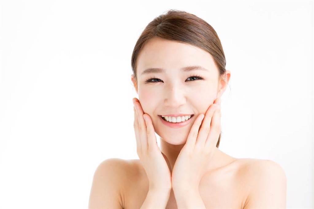 油性肌膚選擇卸妝產品要特別注意,清爽質地用起來對肌膚較無負擔。(示意圖/shutterstock提供)
