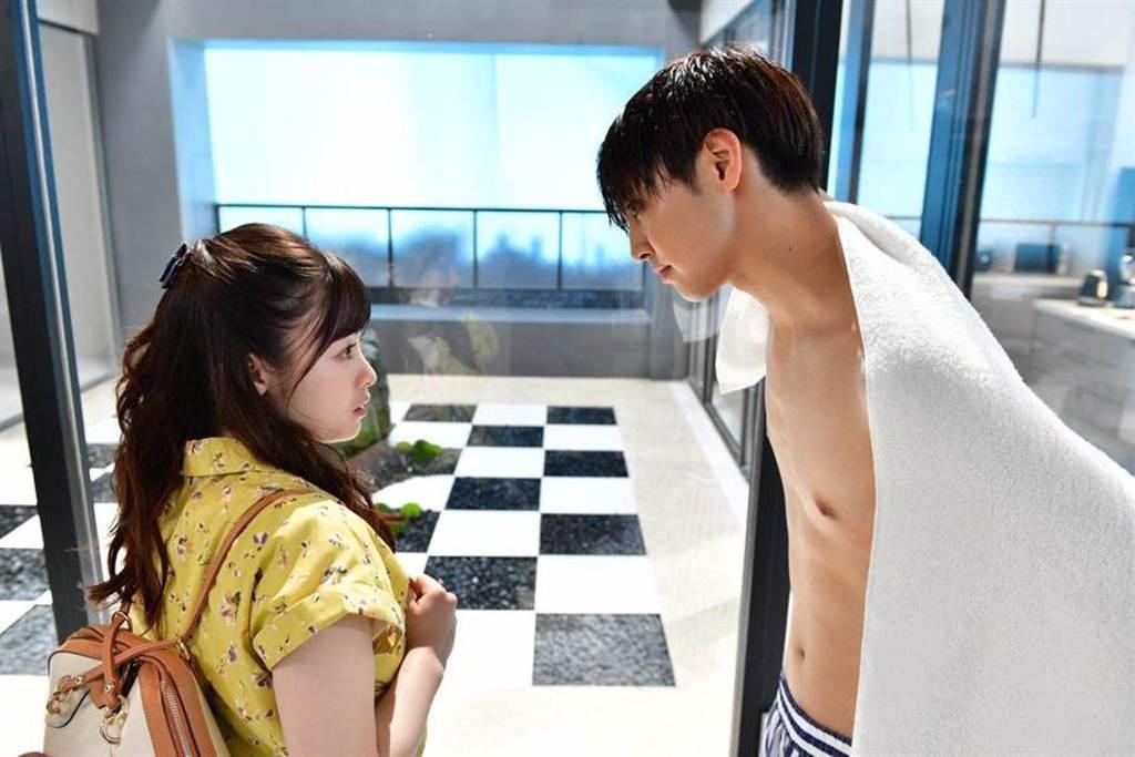 《午夜0時的吻》片中「咬鼻之吻」成日本年度熱搜話題。(傳影互動提供)