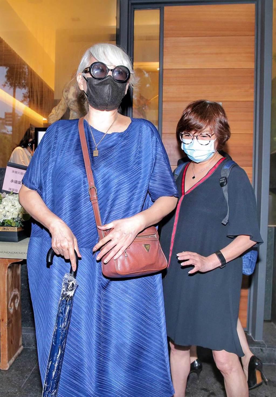 包翠英(左)與紀寶如今到靈堂致意。(羅永銘攝)