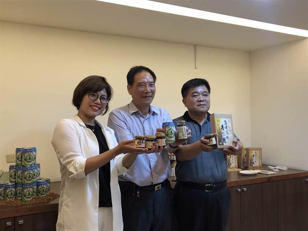 台灣三麥董事長謝生財(中)說,台灣三麥長達15年研究,以人體營養為目標,創造黑麥產品的全新感受,藉此即將闖進消費者市場。(實習記者蔡宇宣攝)