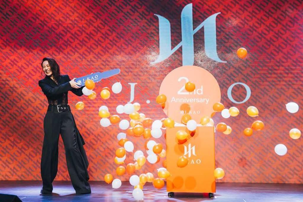 高宇蓁刺破氣球慶祝品牌兩週年。(J.KAO提供)