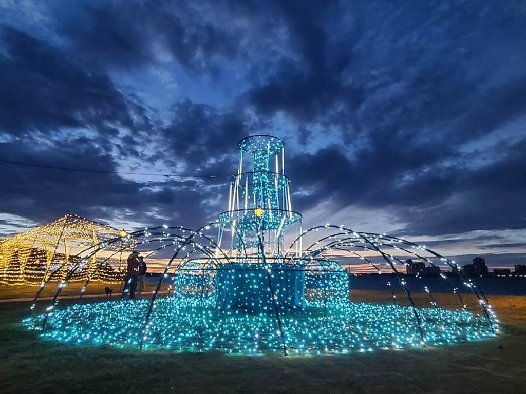 今年沙雕展以2020愛情故事為主題,16日正式開展出15座「液態之愛」作品,夜晚還會有光雕秀照亮夜空,今年另加入AR實境,民眾可用手機欣賞浪漫的作品。(水利局提供/戴上容新北傳真)