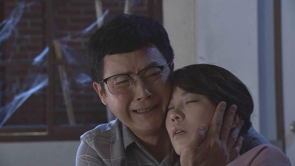 《多情城市》劇中廖苡喬受傷昏迷,王燦心痛落淚。(民視提供)