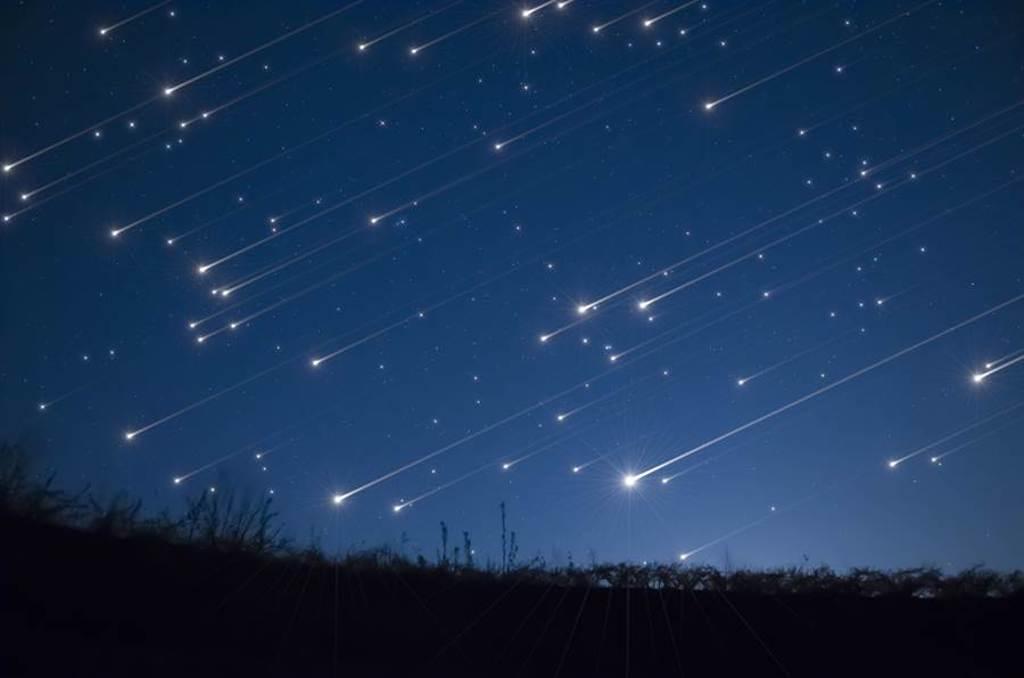 天文館表示,在今(12)日前後,只要在無光害的寬廣場所,都能用肉眼直接觀賞英仙座流星雨出現。(示意圖/Shutterstock)