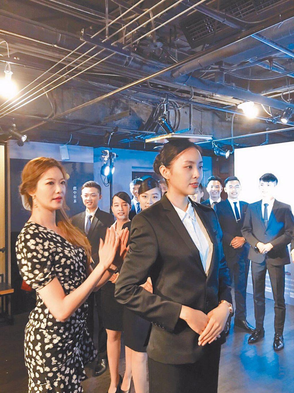 姚采穎(左)昨指導學生面對鏡頭拍照的姿勢。(國際禮賓親善協會提供)