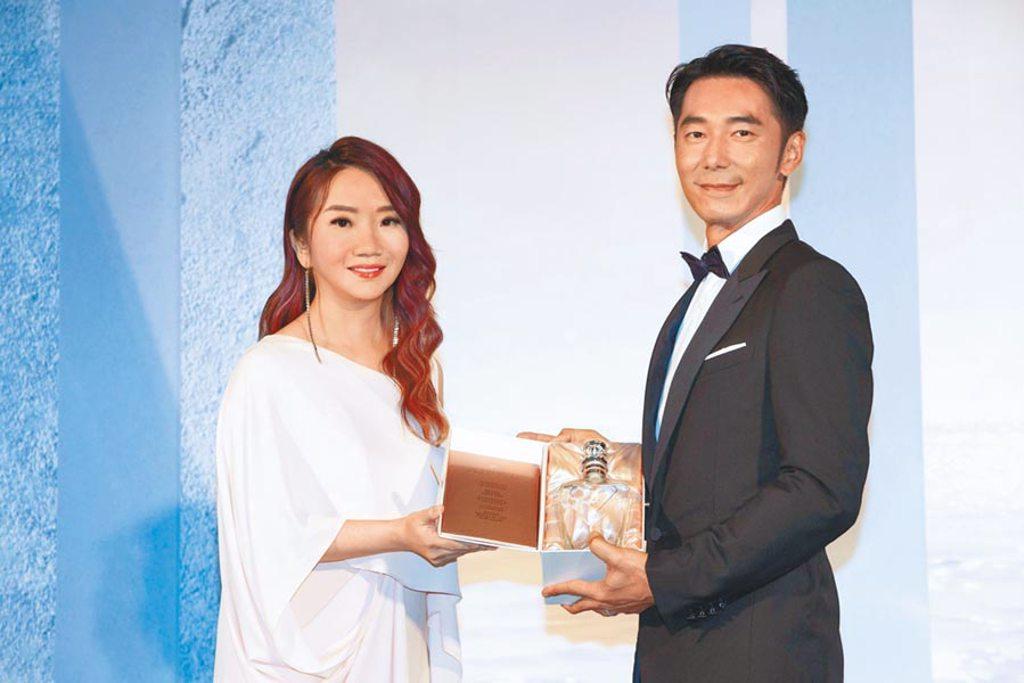 陶晶瑩(左)、李李仁夫妻昨出席活動曝近況。(黑松提供)