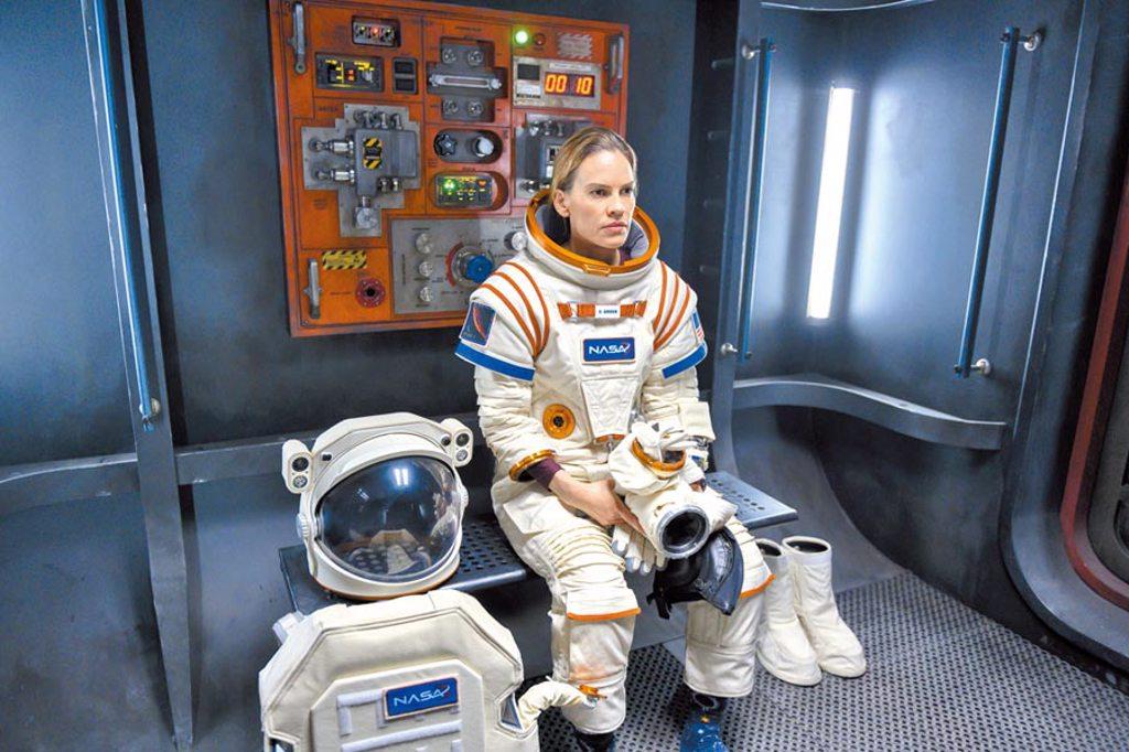 希拉蕊史旺在片中穿著13公斤重的太空裝吊鋼絲演出。(Netflix提供)