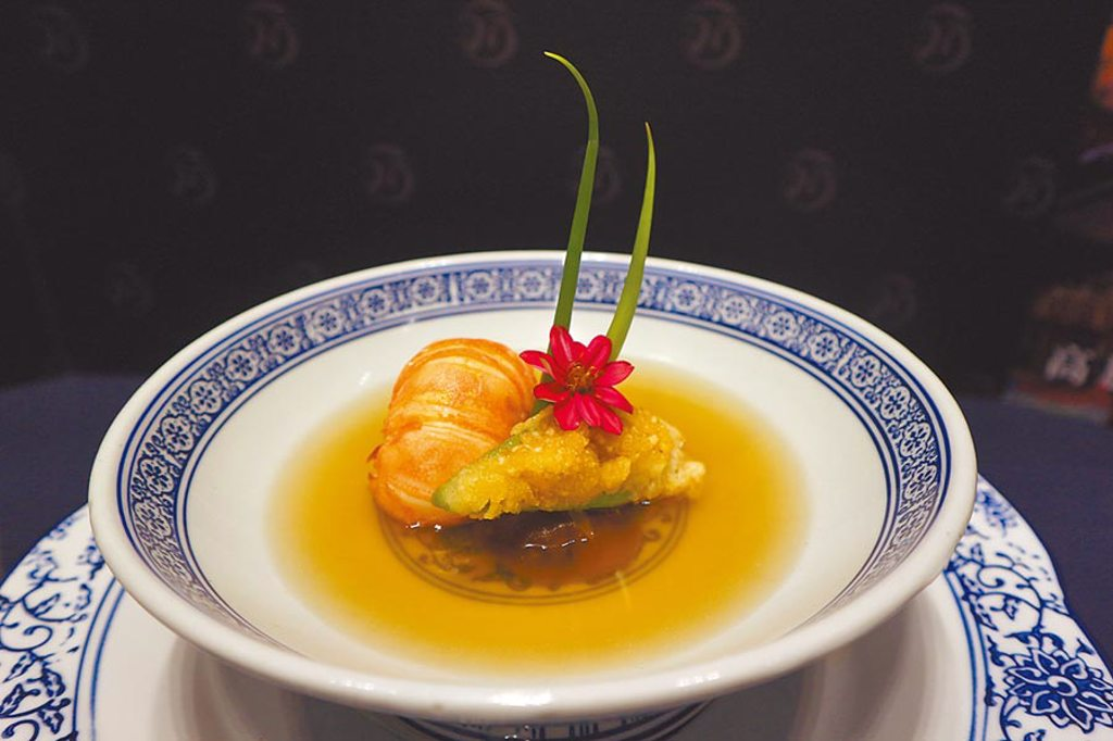 頂鮮台南擔仔麵「昆布上湯鮮龍蝦」,以北海道頂級昆布清蒸。(林欣儀攝)