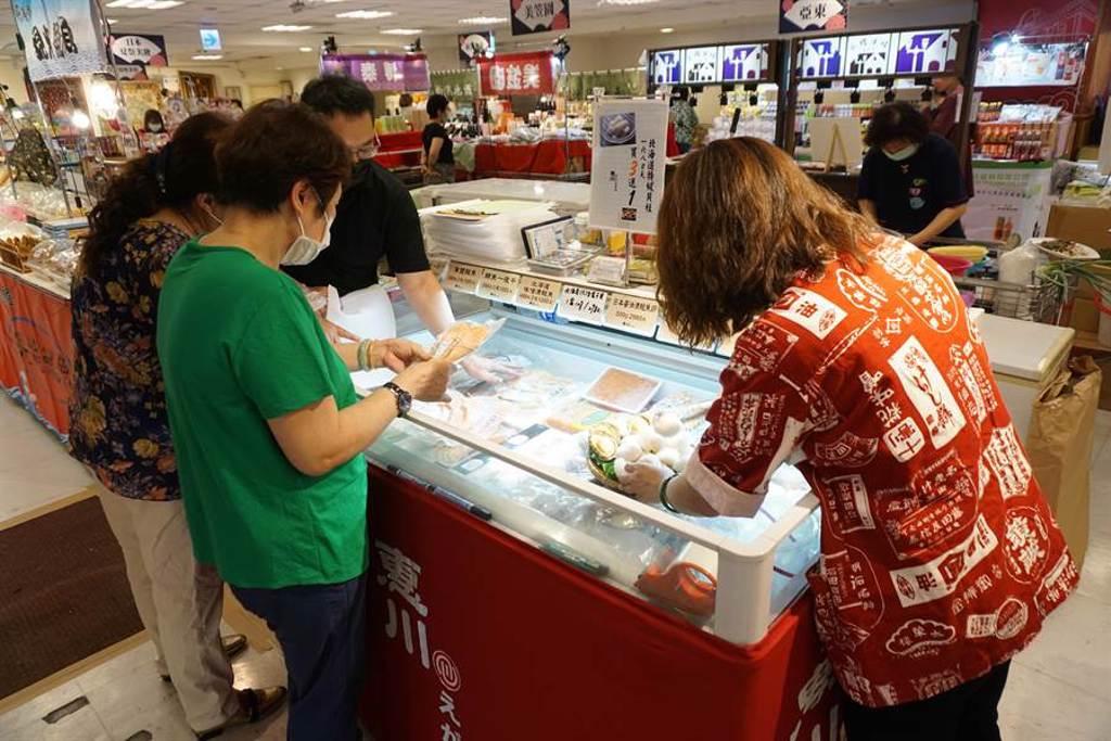 日本美食物產展跨海直送北海道特級貝柱、薄鹽鮭魚等名物。(王文吉攝)