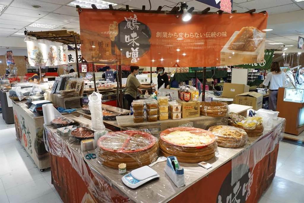 日本美食物產展跨海直送味增等名物,讓消費者滿足「偽出國」血拚乾癮。(王文吉攝)
