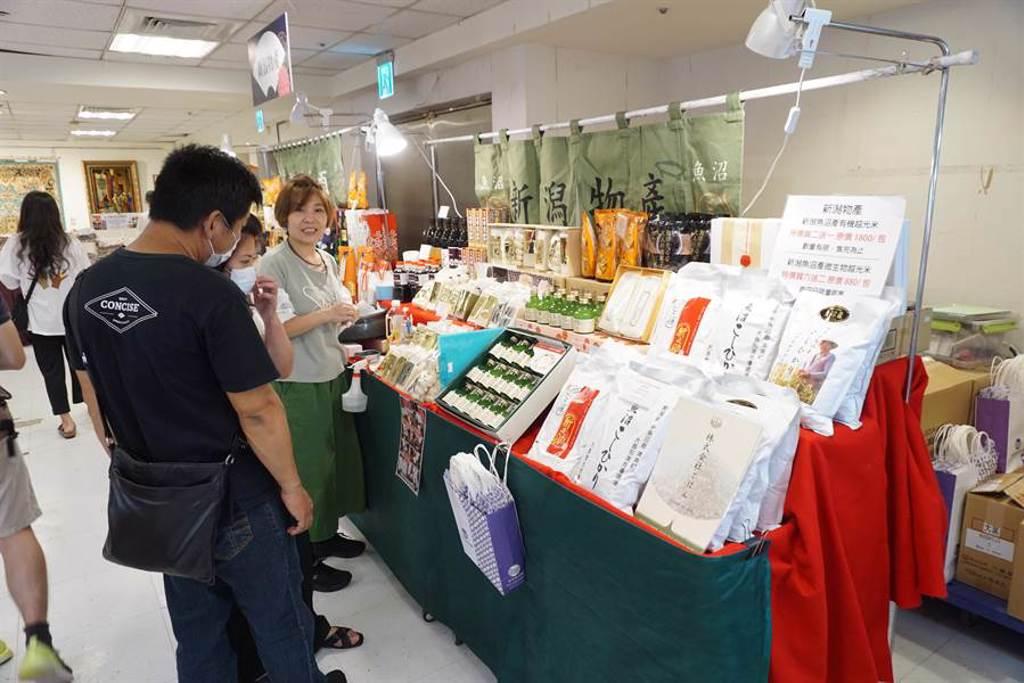 日本美食物產展跨海直送新潟物產,讓消費者滿足「偽出國」血拚乾癮。(王文吉攝)