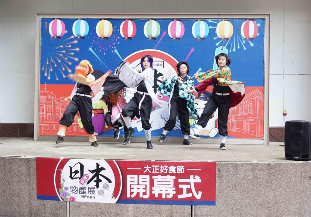 日本美食物產展開幕式邀請東海大學現代舞蹈社擔任開幕舞蹈表演嘉賓。(王文吉攝)