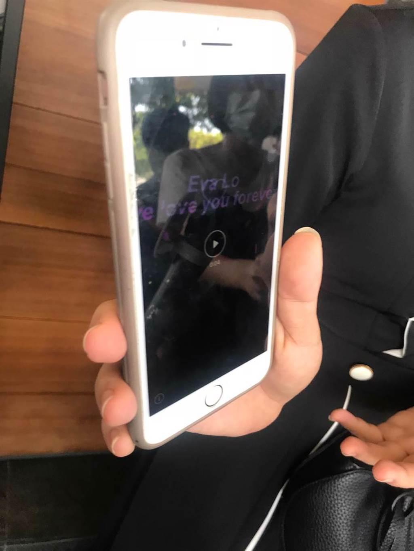 于美人透過手機分享某夜店打出緬懷羅霈穎的雷射字樣。(李承陽攝)