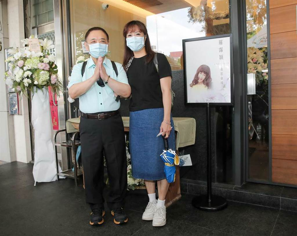 小亮哥(左)和老婆林姿佑來靈堂弔唁好友羅霈穎。(盧禕祺攝)