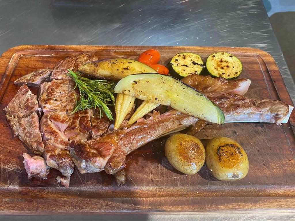暐順麗緻4周年慶特別於凡爾賽西餐廳推出「美國美食節」,18盎司超大分量的戰斧牛排,要讓客人大口吃肉1次滿足。(陳育賢攝)