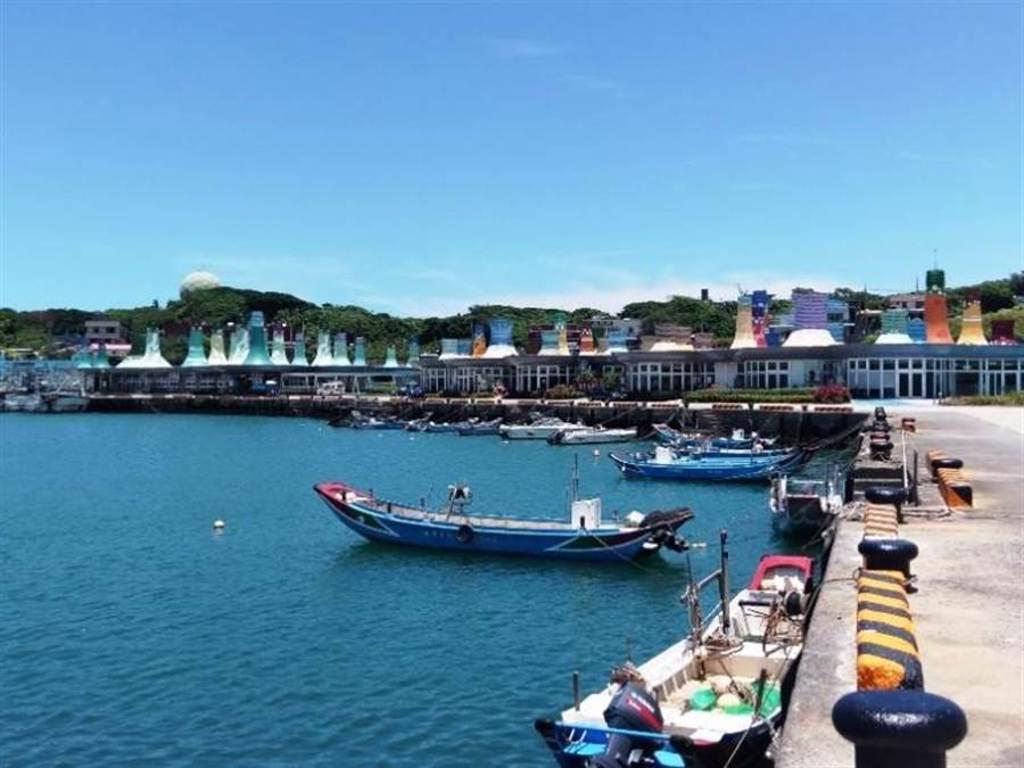 民眾可在碼頭上看日落、賞海景。(新北市漁業處提供/許哲瑗新北傳真)