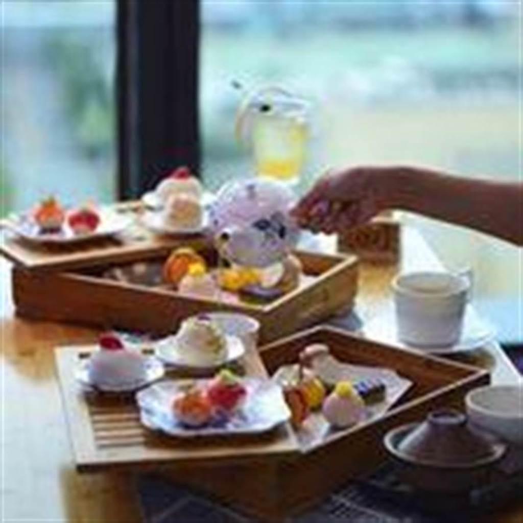 Wedgwood「靛藍草莓」系列包含6款甜點以及3款鹹食。圖/台北W飯店提供
