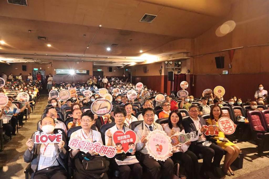 由經濟部商業司主辦的第1屆「南台灣大餅節」13日舉行頒獎典禮,活動共選出30組優勝糕餅廠商,鼓勵業者傳承再創新。(李宜杰攝)