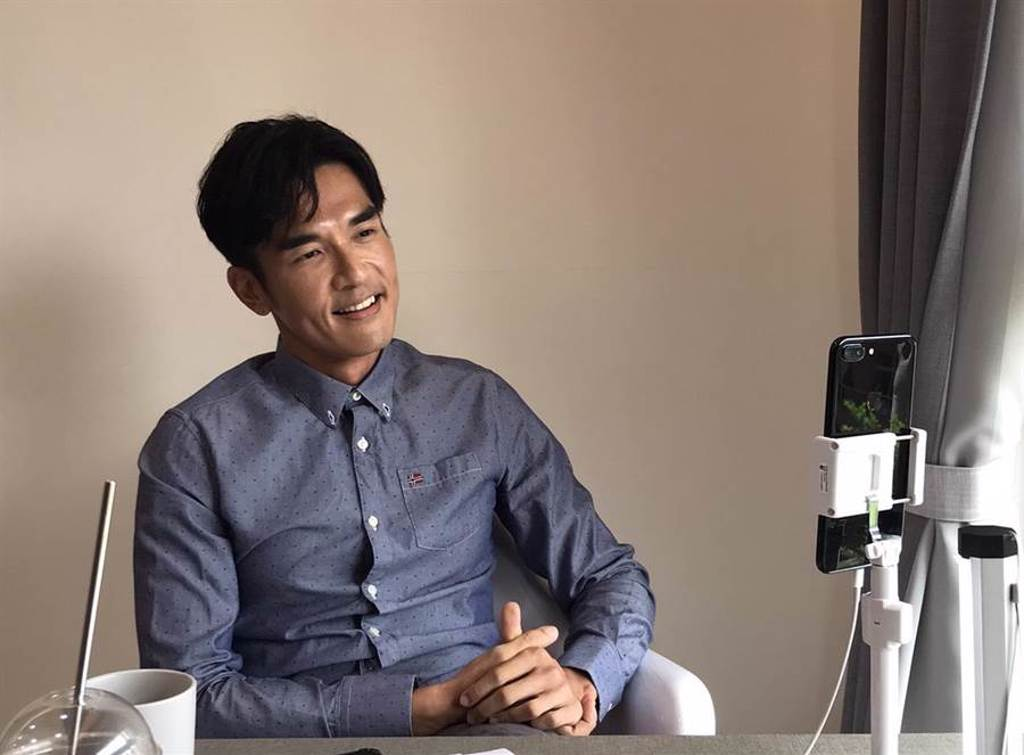 楊一展接受視訊訪問,聊《獵夢特工》拍攝心情。(HBO Asia提供)