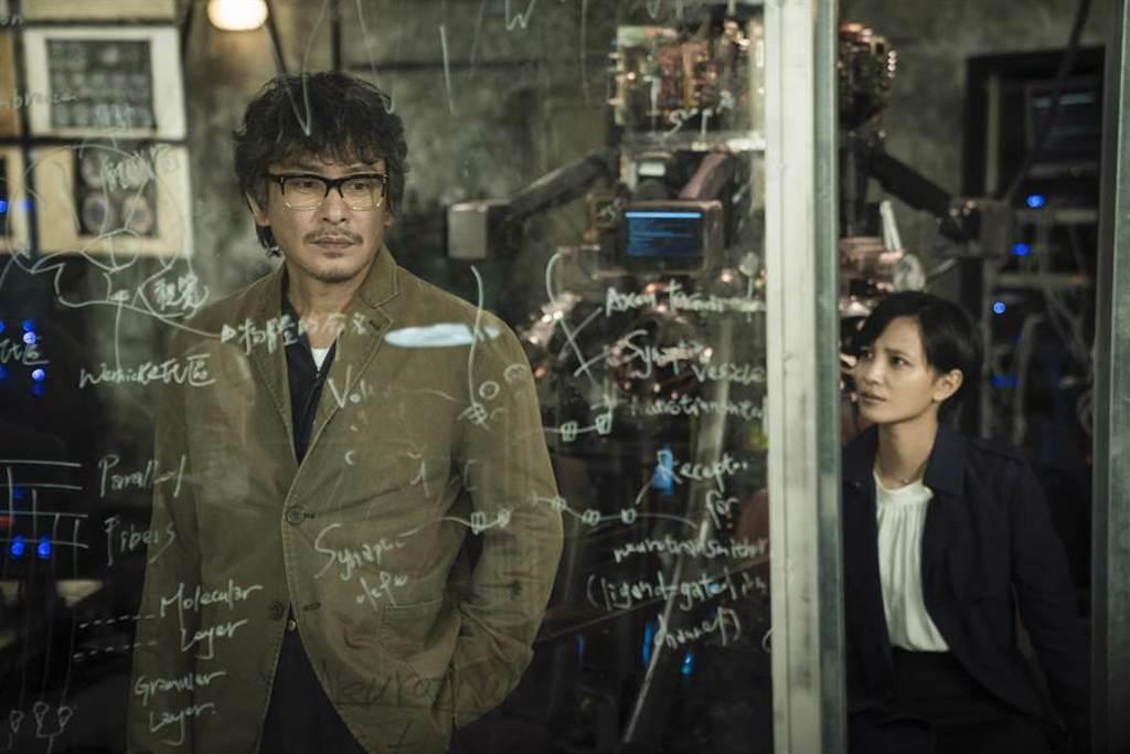 王識賢、吳子霏飾演腦神經科學家父女。(HBO Asia提供)