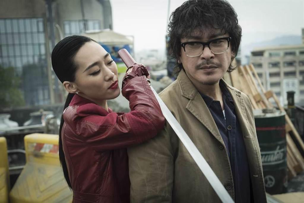 吳可熙飾演的神秘女子追殺王識賢。(HBO Asia提供)
