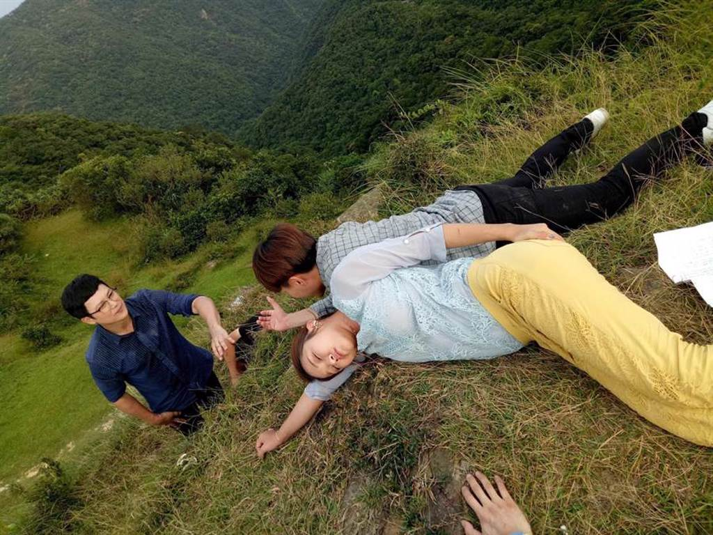 《多情城市》王燦、賴慧如、許仁杰為了重頭戲到懸崖邊拍攝,演員群互相打氣鼓勵。(民視提供)