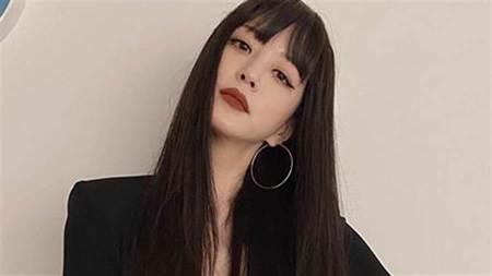 韓藝瑟超短洋裝「深V到肚臍」黑BRA外露引暴動