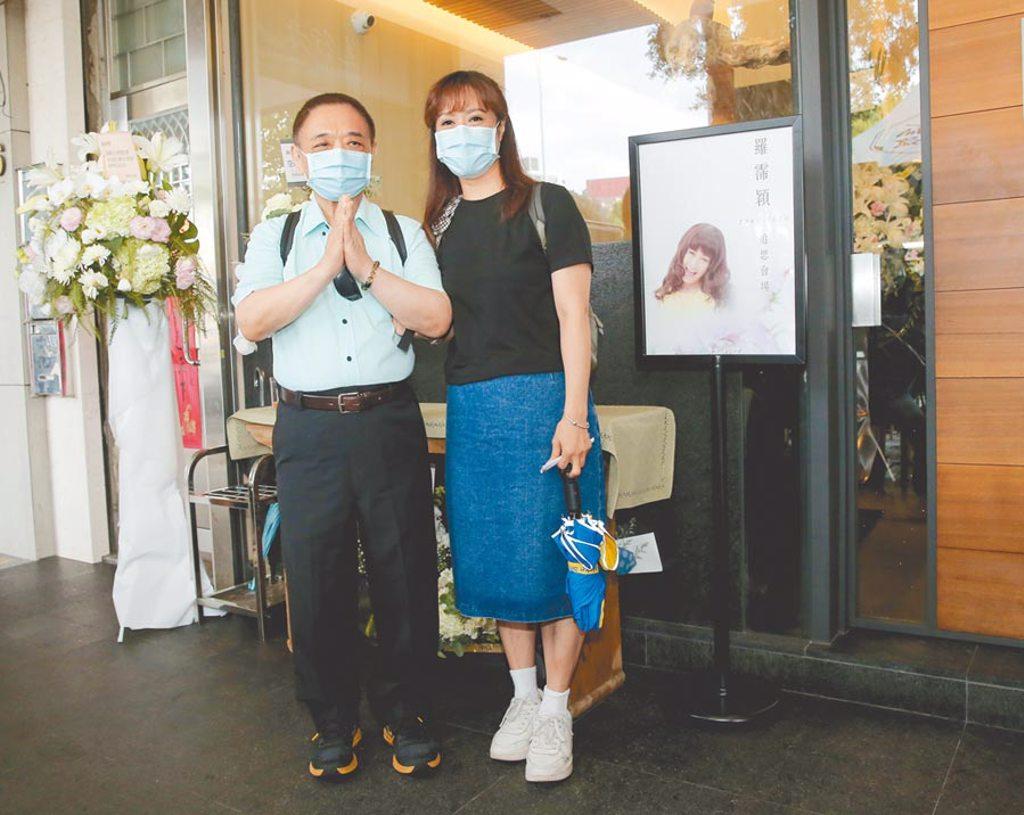 小亮哥(左)和林姿佑夫妻倆昨午至靈堂悼念羅霈穎。(盧禕祺攝)