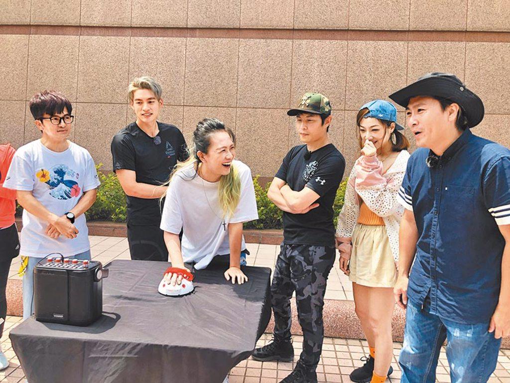 張芸京(左三)在《飢餓遊戲》被測試儀器判定沒說真話。(中視提供)