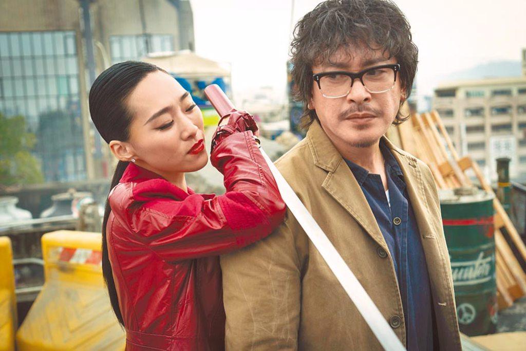吳可熙(左)飾演的神祕女子追殺王識賢,她為此苦練武士刀2個月。(HBO Asia提供)