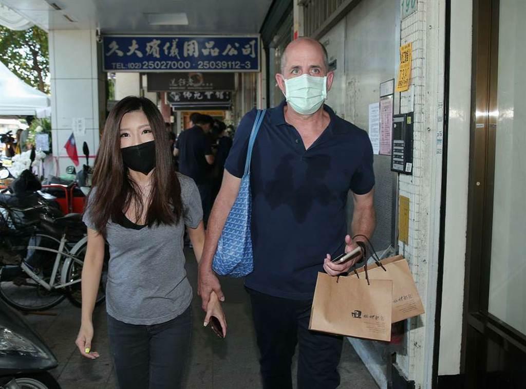 李愛綺(左)今跟老公到靈堂致哀。(粘耿豪攝)