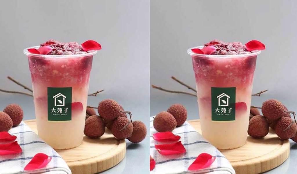 搶夏日飲料商機,大苑子鮮果連鎖茶飲推出新品「荔枝玫瑰」,標榜可吃得到新鮮玫瑰花瓣。(圖/大苑子)
