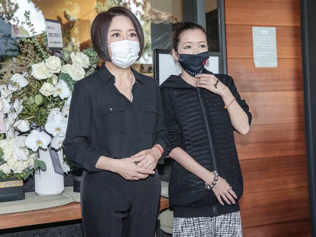 于美人(左)今與Makiyo現身靈堂,對羅姊完妝遺容感到滿意。(粘耿豪攝)