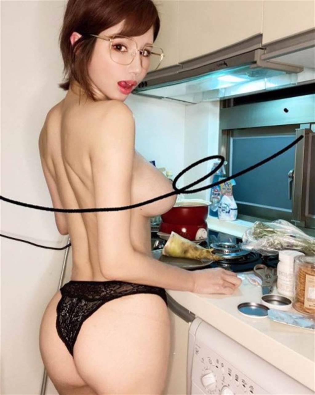 辛尤里全身上下僅穿丁字褲煮菜。(圖/IG@ yui_xin_)