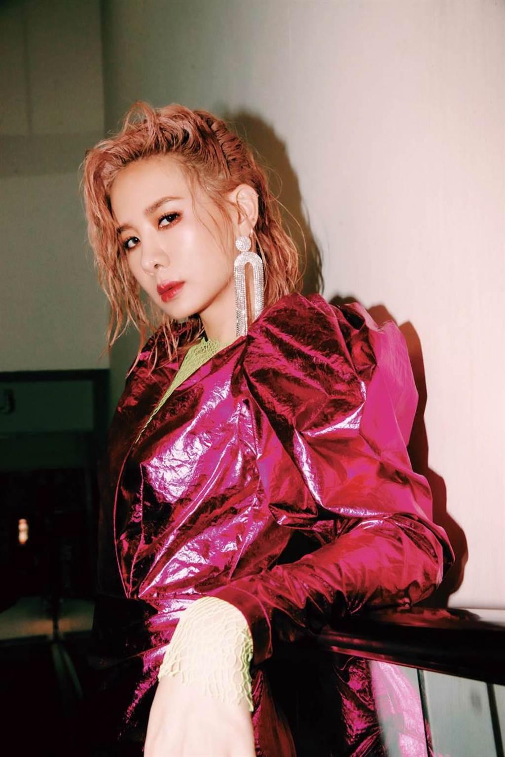 安心亞推出新專輯《愛得起》。(環球音樂提供)