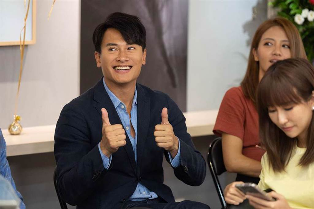王建復(左)今年很想出國,但受疫情影響而取消計畫。(TVBS提供)