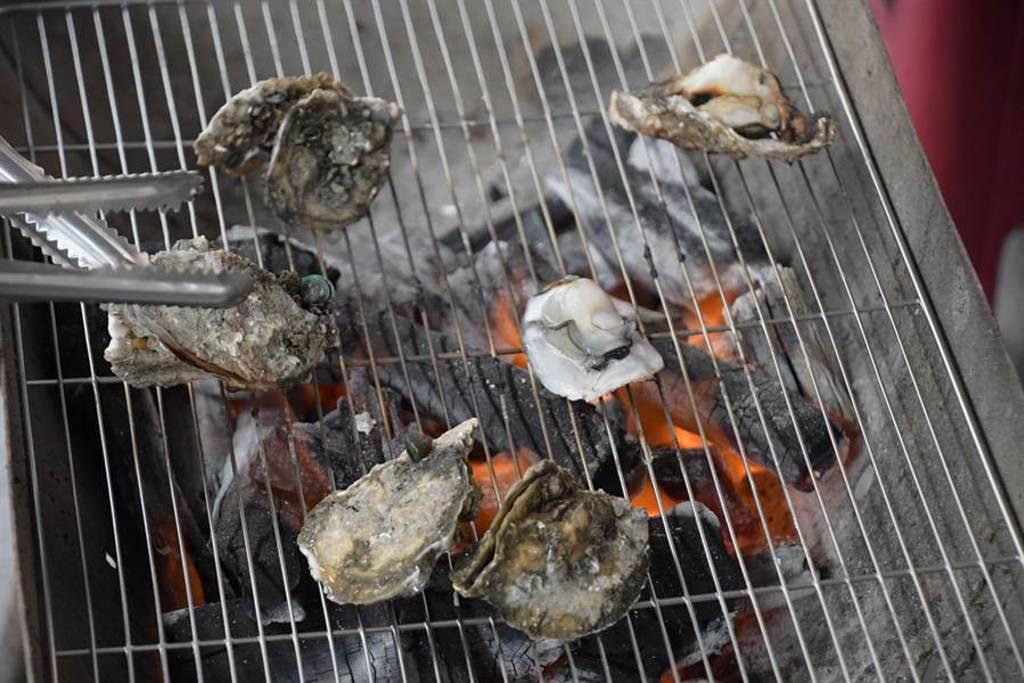 王功漁火節周末登場,最受歡迎的烤蚵廊道吸引4千人同樂,處處飄散珍珠蚵的鮮甜香氣。(謝瓊雲攝﹚