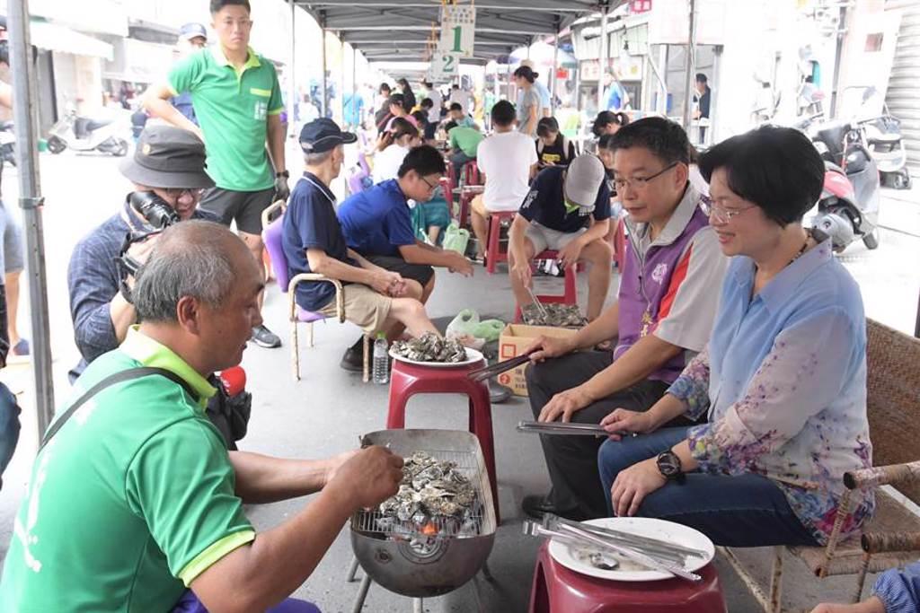 王功漁火節千人烤蚵趣活動,今年烤蚵廊道從去年的100公尺大幅增加到700公尺。(謝瓊雲攝﹚