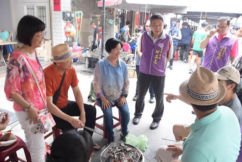 彰化縣長王惠美(左3)、農業處長邱弈志(左4)和參加民眾家庭同樂。(謝瓊雲攝﹚