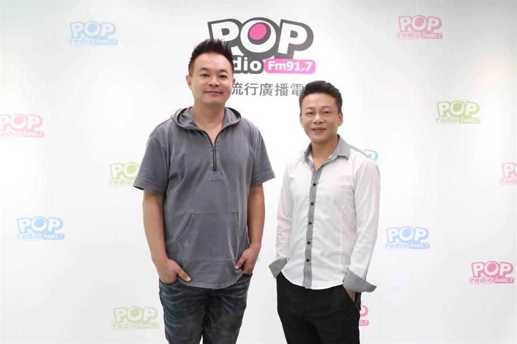 鄒介中(左)、李康生日前上電台受訪。(POP Radio提供)