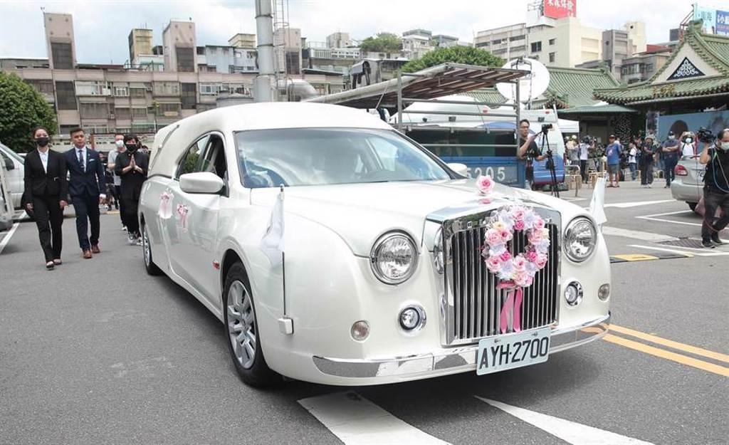 白色靈車從一殯告別式出發,駛向羅霈穎人生最後一哩路。(粘耿豪攝)
