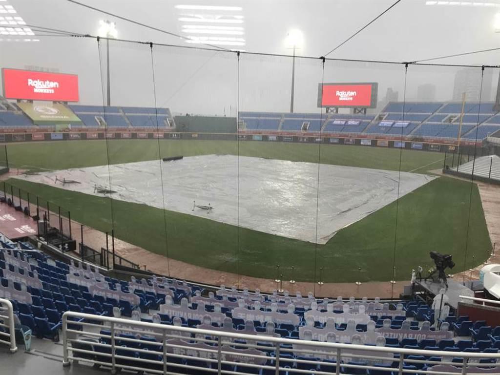 桃園棒球場的中信兄弟與樂天之戰因雨順延。(資料照片/鄧心瑜攝)