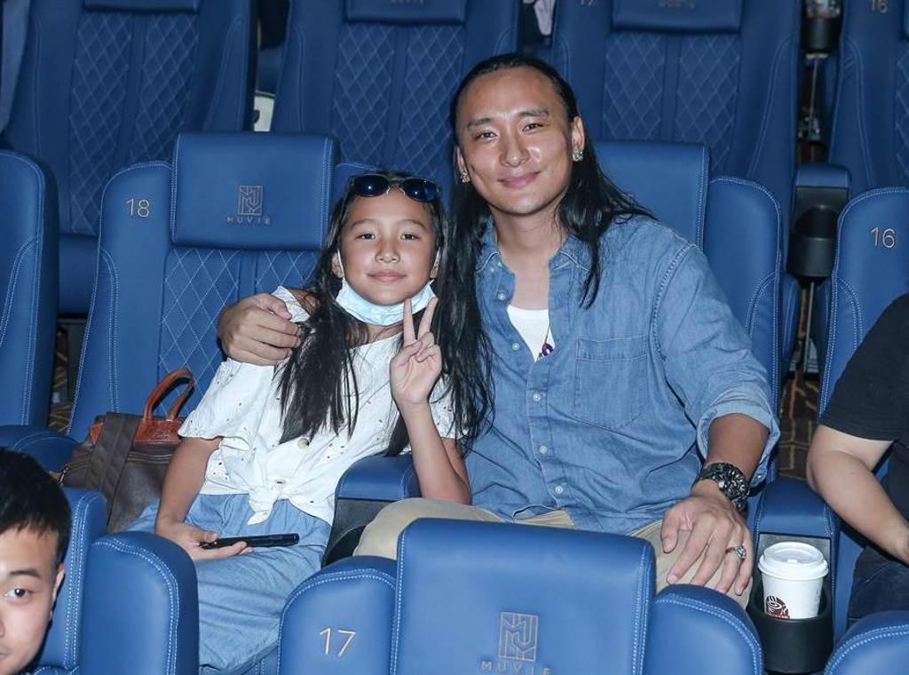 導演Pawo和女兒一起進戲院看電影。(粘耿豪攝)