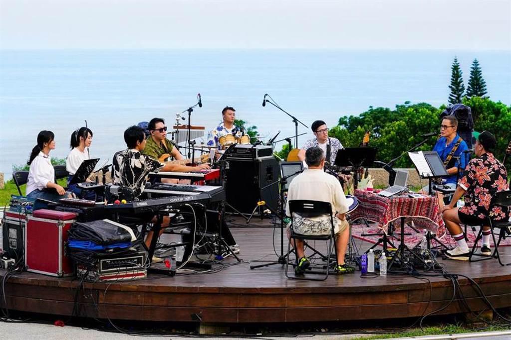 羅大佑於台東的都歷遊客中心舉行直播演唱會。(大右音樂提供)