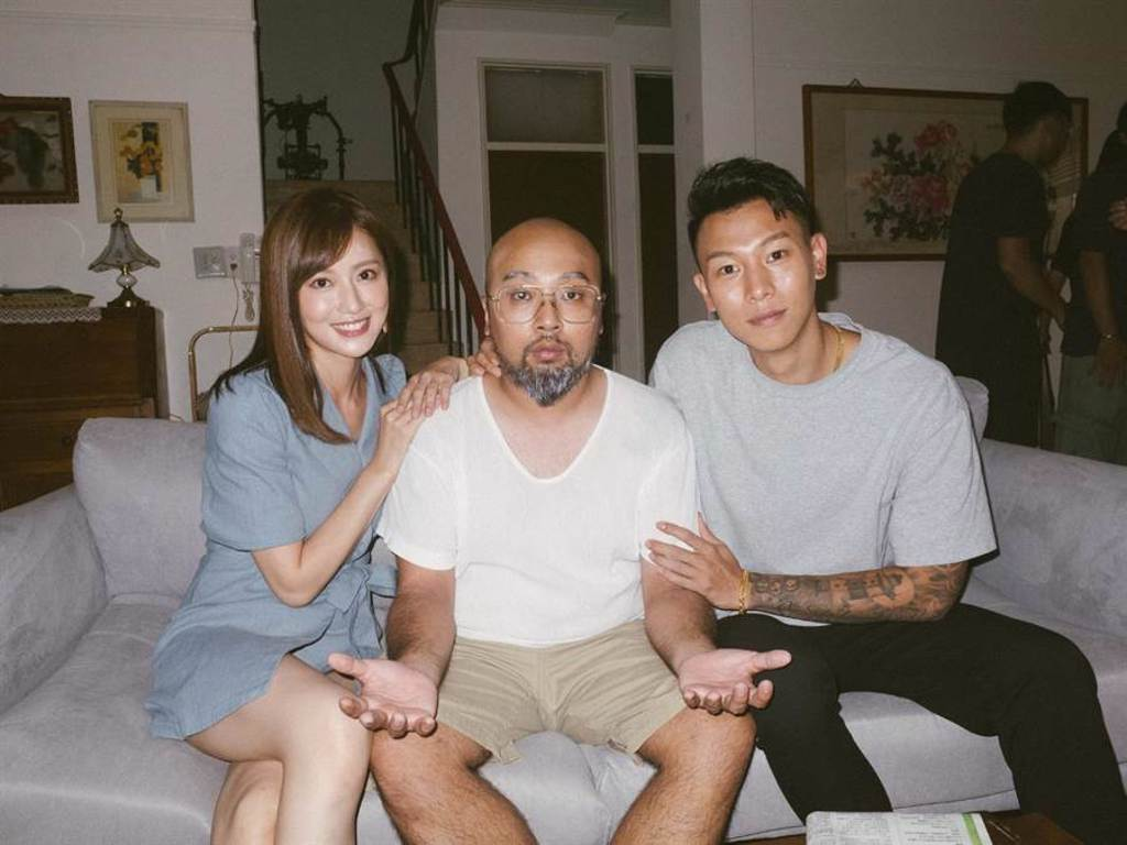 瘦子(右)日前拍攝新歌MV,與演員開心留下合影。(本色音樂提供)